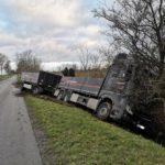POL-STD: LKW mit Anhänger gerät in den Seitenraum - Polizei sucht Fahrer von weißem Transporter