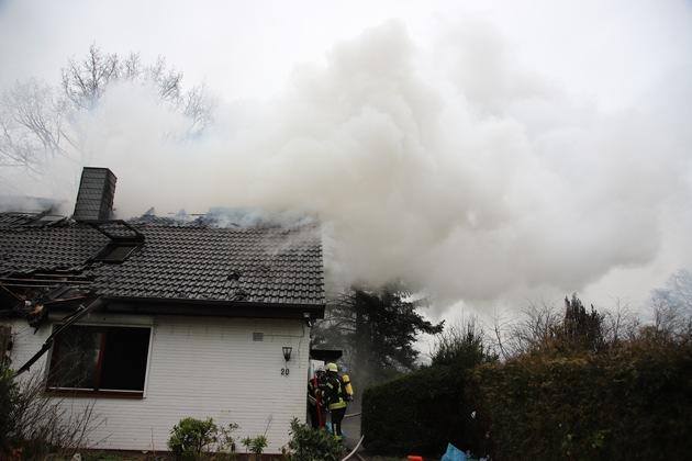 Segeberg  FW-SE: Großfeuer zerstört Einfamilienhaus – Drei Verletzte