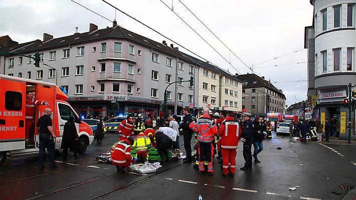FW-E: PKW erfasst Menschengruppe, zwölf zum Teil lebensgefährlich verletzte Personen