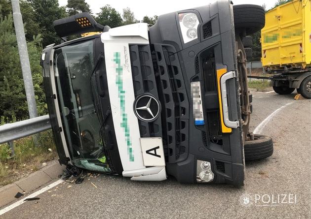 Read more about the article POL-PPWP: Lkw kippt im Kreisel um – Autobahnanbindung blockiert