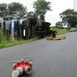 POL-WHV: Verkehrsunfall in Zetel - Lkw geriet auf Berme und blieb seitlich an einem Feld liegen - Straßensperrung wird voraussichtlich bis in die Abendstunden andauern (mit Bild)