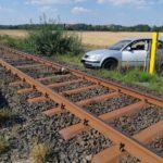 Kassel  BPOL-KS: Auto auf Gleisbett gelandet