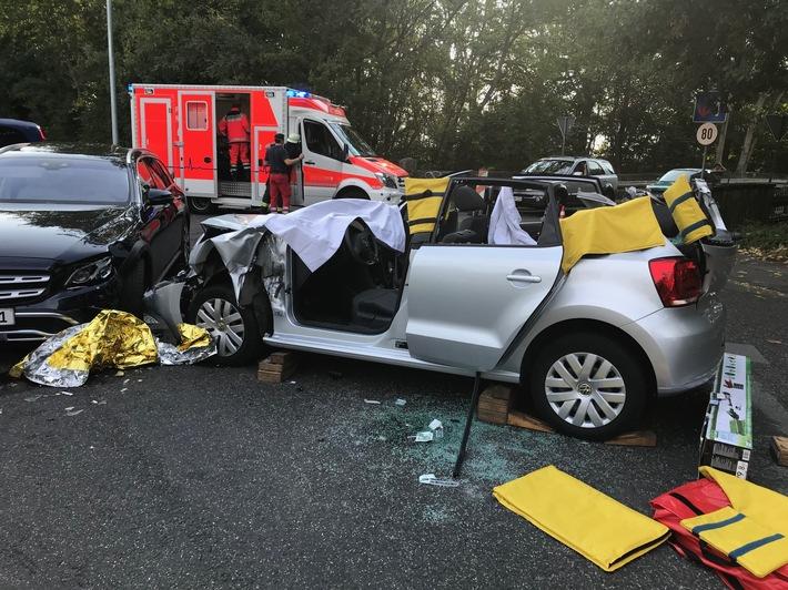 Feuerwehr Haan  FW-HAAN: Feuerwehr befreit Fahrerin aus Pkw