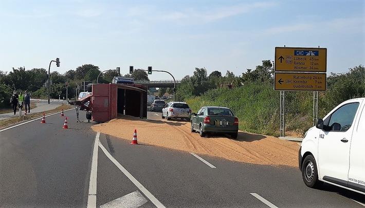 Wismar  POL-HWI: Umgekippte Getreideanhänger sorgte für Sperrung der B 104