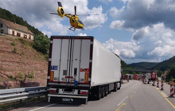 Pirmasens  POL-PDPS: Schwerer Unfall in Baustelle zwischen drei LKW