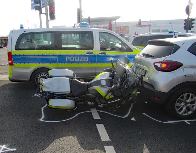 POL-ME: Motorradpolizist bei Verkehrsunfall verletzt – Velbert – 2103024